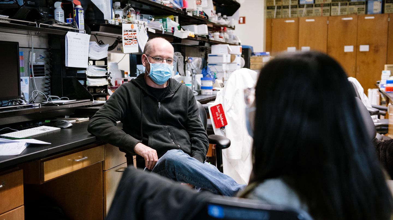 Gladstone scientists Jason Neidleman and Xiaoyu Luo