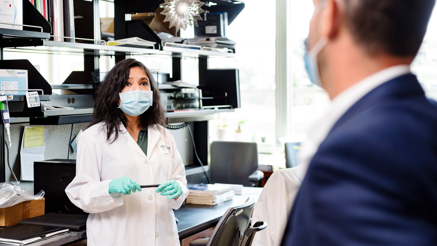 Sonali Chaturvedi speaking to Leor Weinberger in the lab